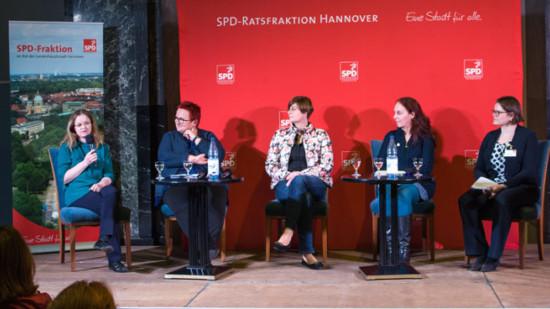 Fünf Frauen sitzen auf einer Bühne