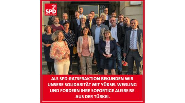 Foto der Mitglieder der SPD-Ratfsraktion Hannover - darunter Schrift: SPD-Ratsfraktion fordert sofortige Ausreise für Yüksel Weßling aus der Türkei
