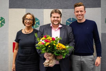 Die Parteivorsitzenden Ulrike Strauch und Adis Ahmetovic gratulieren Lars Kelich zur Wahl zum Fraktionsvorsitzenden.