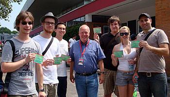 Klaus Timaeus (Mitte) vom Sport und Eventmanagement der Stadt Hannover mit den hannoverschen Jusos